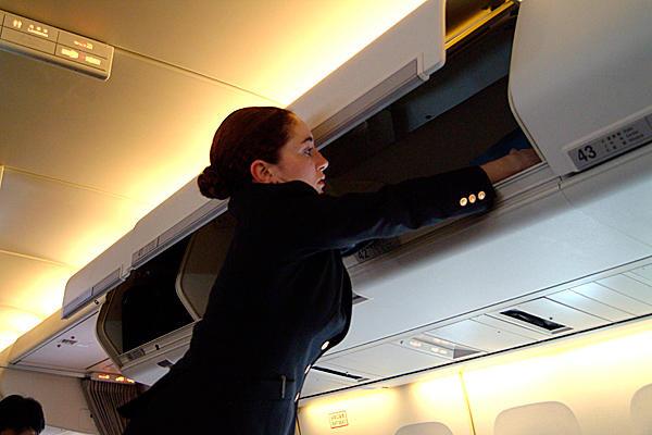 0810-jet-blue-attendant-overhead-bins.jpg_full_600