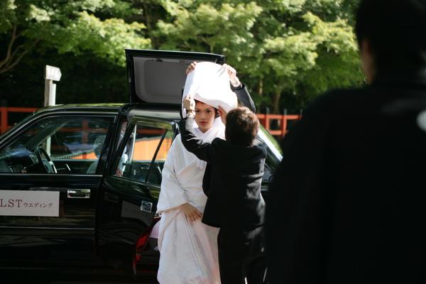 只有白無垢可以選棉帽子或是角隱し(就是長得像護士帽的那種)色打掛就只能戴角隱し