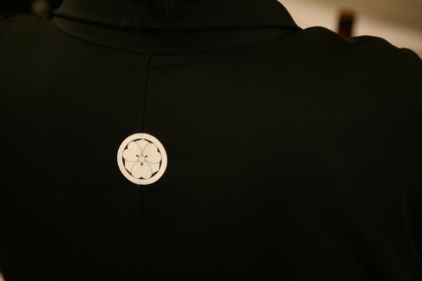 這是我夫家的家徽,所以當天老公的衣服跟他們家族成員的衣服都有這個mark(祖先是將軍嗎?我也不曉得,以後再問)