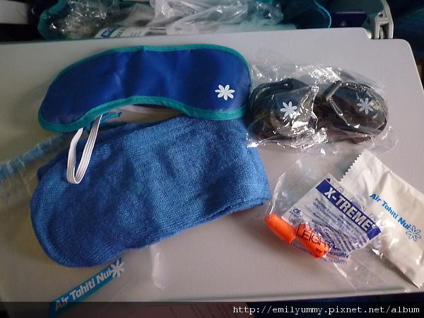 發送的飛行小物都很可愛,藍色配上白小花,連耳機都有小花圖案