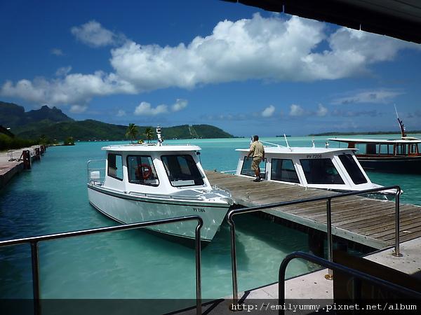 我們住的是intercontinental borabora le moana resort,在bora bora,intercontinental有兩家,我們住的是新的那間。旁邊是hilton的船