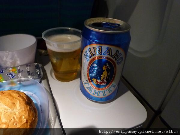 老公點了大溪地有名的hinano啤酒,說嚐起來像百威