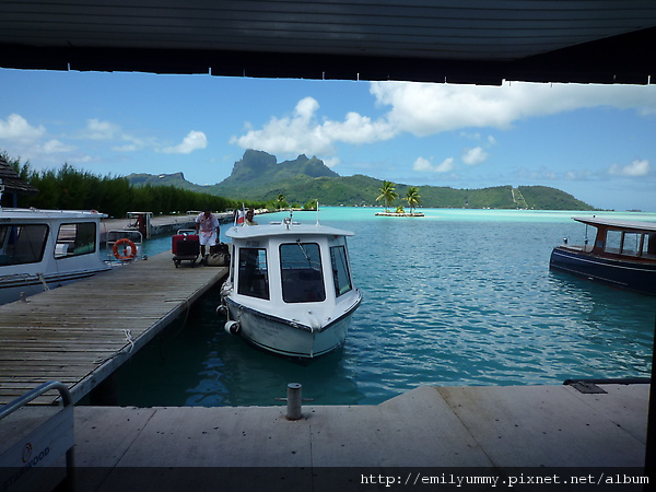出關就有飯店的遊艇來載你,是的機場就在島的邊邊,而且飛機降落跑道旁邊就是海,所以降落技術要非常好,我剛好都做在機翼的旁邊,每次都幻想我穿著救生衣飄在海面上的樣子(顯然想太