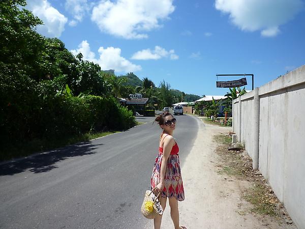 老公說這張很像優雅的歐洲女生去度假的樣子(樂),其實飯店外面跟台灣的花蓮鄉下或是嘉義梅山差不多