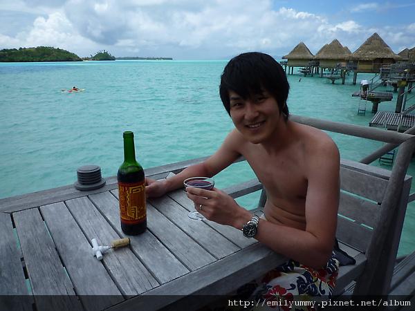 飯店送的兩瓶香檳一瓶紅酒全都是他喝光的每瓶平均花兩個小時幹光