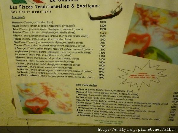菜單,我們點了拿坡里,看到了沒連路邊攤都貴必了!大溪地幣跟日幣日1.1:1,所以這裡吃飯比日本貴,這裡什麼都比日本貴