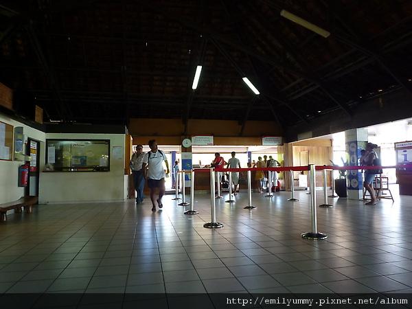 小小的機場,工作人員全部都是一人擔任好幾個職務