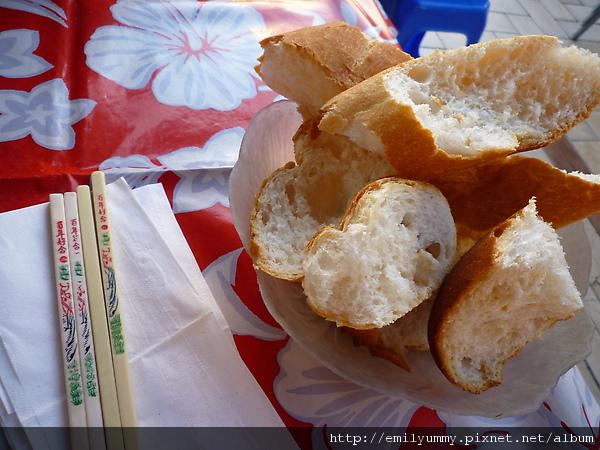 付的法國麵包,但是蒼蠅很多不敢吃