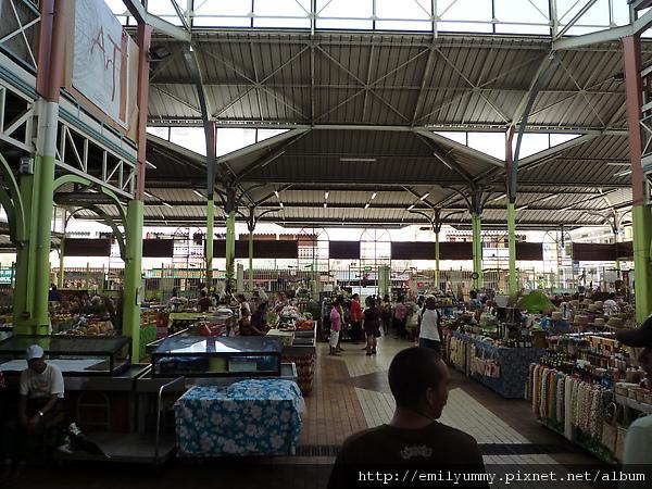 這傳統市場有兩層樓,裡面除了花,菜,熟食,中華風味的菜還有加工食品,跟紀念品