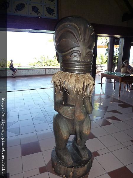 這個叫做tiki,算是有宗教意味的雕品,在大溪地是人氣的擺飾品,飯店大廳拍攝