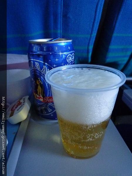 就是因為長途飛行,他又勉強喝了這瓶,又把我剩下的餐點幹掉,一到東京拿行李的時候他就吐了。。。