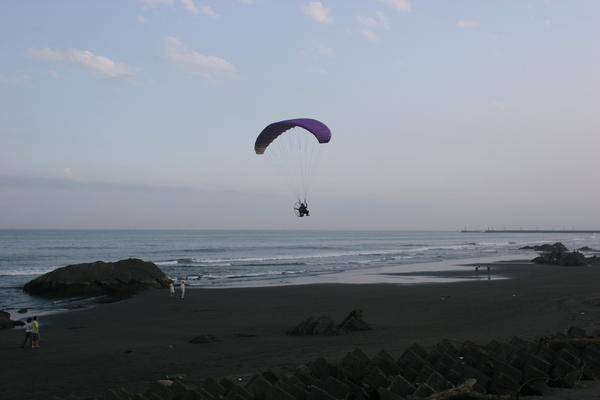 剛好有人在玩飛行傘耶!
