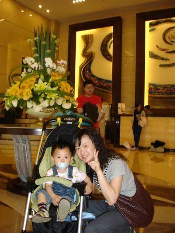 這位是小容和他的寶貝兒子!