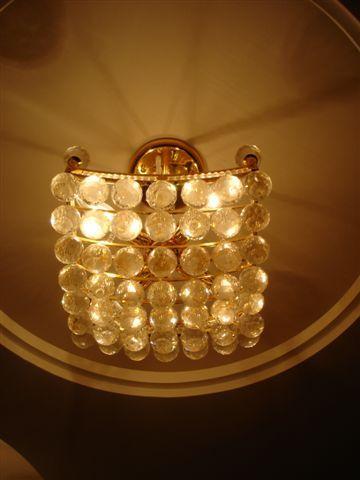 好多圓圓的水晶燈泡!