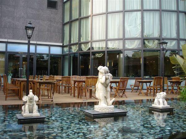 這裡飯店的重點是七千坪的vila庭院喔!