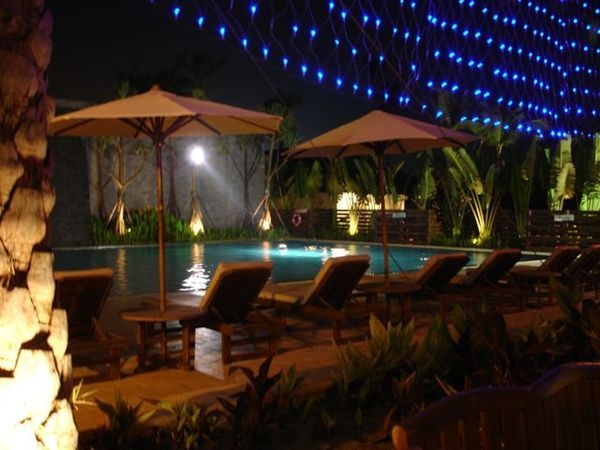 晚上的游泳池!