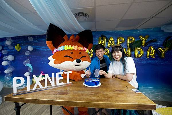 慶祝 PIXNET 創立16週年,PIXNET執行長周守珍、PIXNET 創辦人暨產品策略副總經理劉昊恩於派對上共同切下蛋糕.jpg