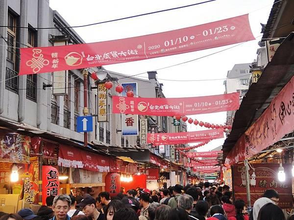 台北年貨大街人潮湧現,充滿濃厚過年氛圍。.jpg
