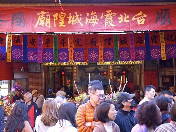 台北霞海城隍廟香火鼎盛.jpg