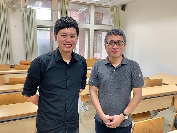 01.PIXNET產品策略副總劉昊恩(左)於台大商研所「數位行銷研討」課程中授課分享產業實務經驗。