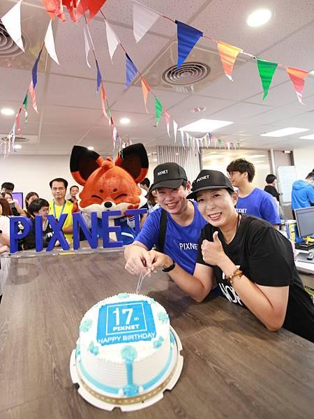 PIXNET 執行長周守珍、創辦人暨社群營運部副總經理劉昊恩一同切下17週年蛋糕。