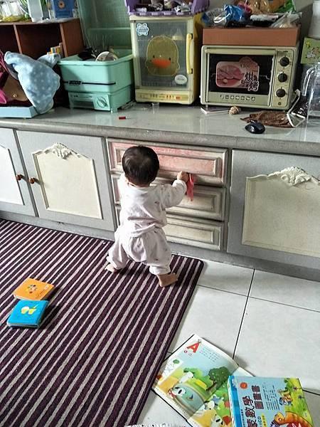 小柚子擦櫃子.jpg