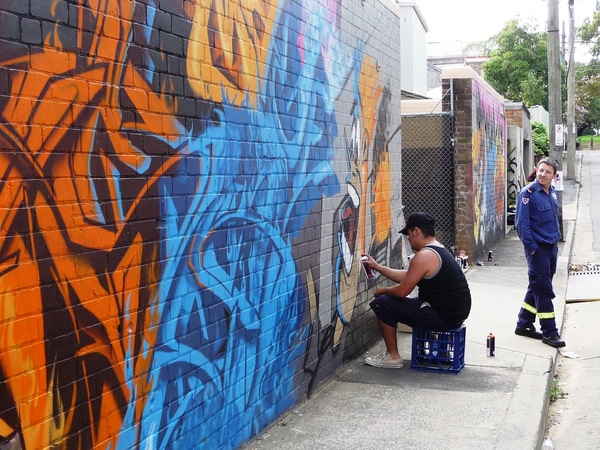 牆壁作畫者與消防隊員