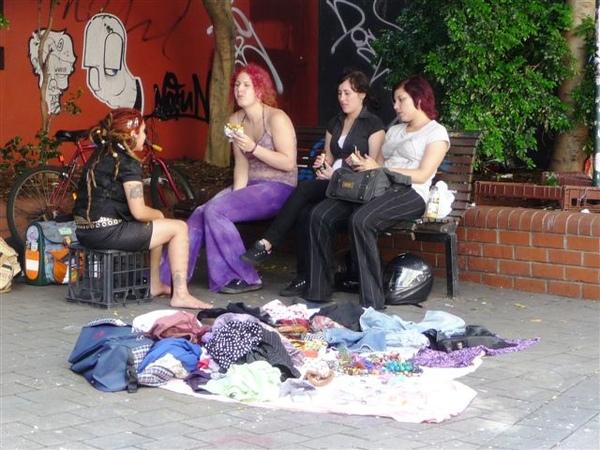 新城鄰里中心(設計師市集)附近擺攤的搞怪女子.JPG