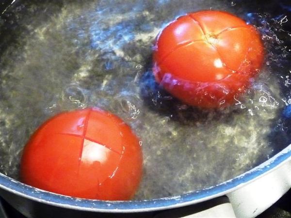 紅熟番茄-切十字-滾水煮.JPG