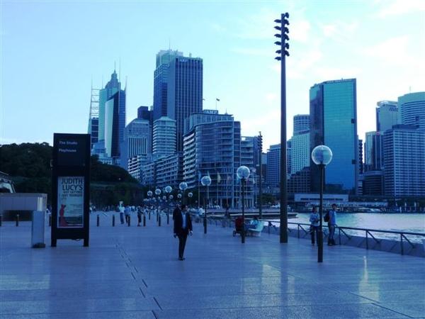 外陽下的雪梨歌劇院-外面走道-2.JPG