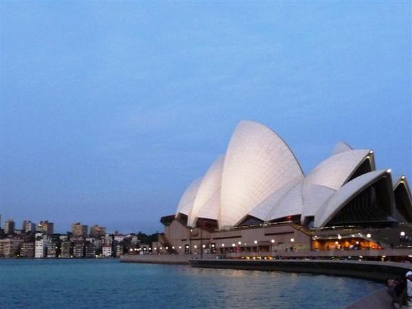 華燈初上的雪梨歌劇院-2.JPG