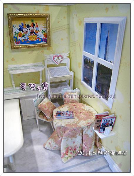 袖珍蛋糕店-畫框與窗外與雜誌架(DAY8)