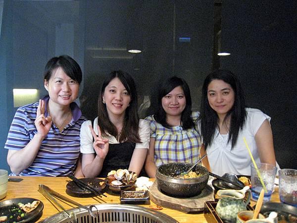 四大美女合照啦!!最左邊是朱小弟的娘!