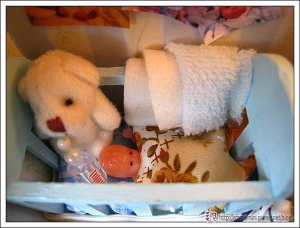 嬰兒床近照