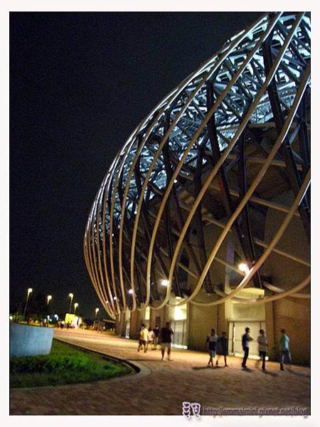 夜晚的世運館外5.jpg