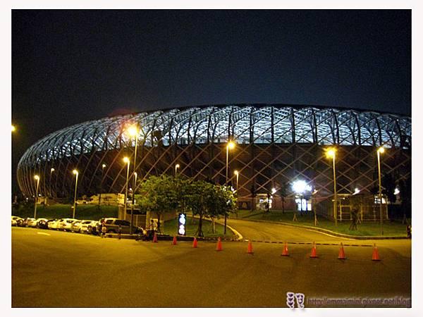 夜晚的世運館外6.jpg