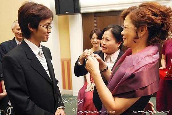 訂婚儀式37-丈母娘幫毛公戴項鍊.jpg