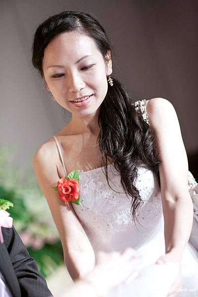 結婚宴彩排11-漂亮的伴娘送上戒指.jpg