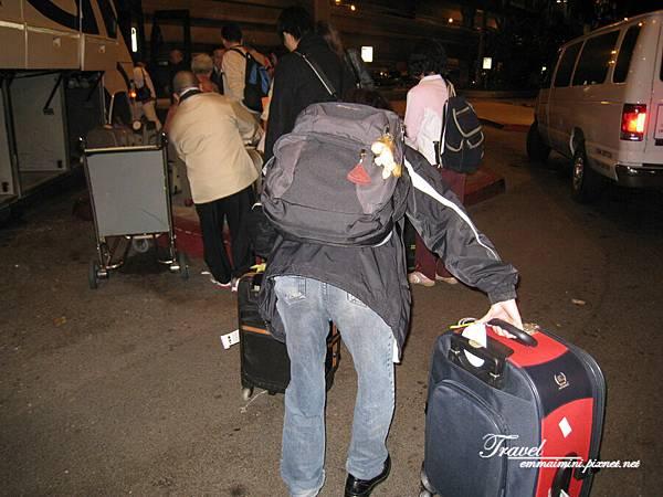 美國Day1(26)-毛公辛苦的背影XD~右邊大行李箱是我的