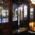 美國Day2上午(09)-飯店大門~站在門外的導遊在等候大家集合