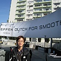 美國Day2上午(35)上車前跟大型廣告招牌合照(真是無聊XD)