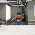 美國Day2下午(06)到了第一個場景~居然有蛋頭先生!!他不是應該在迪士尼嗎~O.o~雖然車上有工作人員用英文導覽介紹,但我聽不懂也沒注意聽@@~一直盯著那詭異出現在這的蛋頭先生啦!