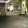 美國Day3白天(48)飯店大廳~海綿寶寶真的很受歡迎~在哪都看得到耶!!