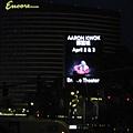 美國Day3晚上(01)這張主要是要照那個看板,郭富城過不久要在這商演,這裡果然有很多明星表演!.jpg