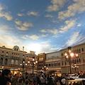 美國Day3晚上(34)裡面有個大廣場~很多人聚集在那裡~.jpg