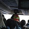 美國Day4上午(08)坐車坐了一小時,要進胡佛水壩區了~美國警察上來檢查車內每個空間或行李有無危險的東西~.jpg
