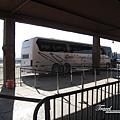 美國Day4上午(29)小飛機危險~所以我們是搭官方的遊覽車進去大峽谷~又要顛簸好一段時間了@@~.jpg