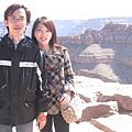 美國Day4上午(40)站在峽谷邊照相~也是需要一些膽量耶!.jpg