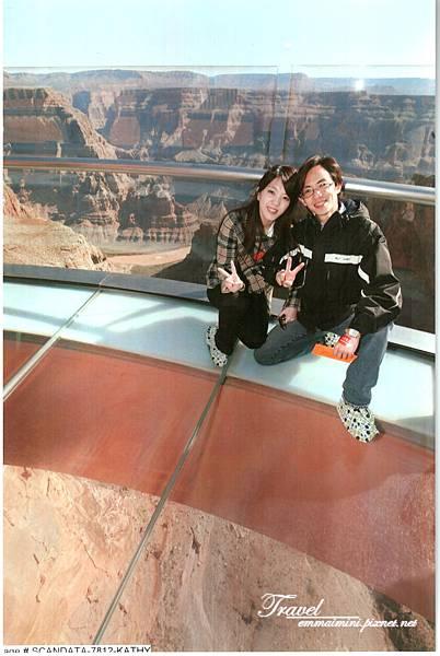 美國Day4上午(54)就是這張非常貴的照片!我們的腳前是透明的唷!恐怖呀!.jpg