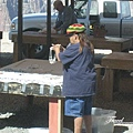 美國Day4上午(58)路旁有人在擺攤賣首飾.jpg